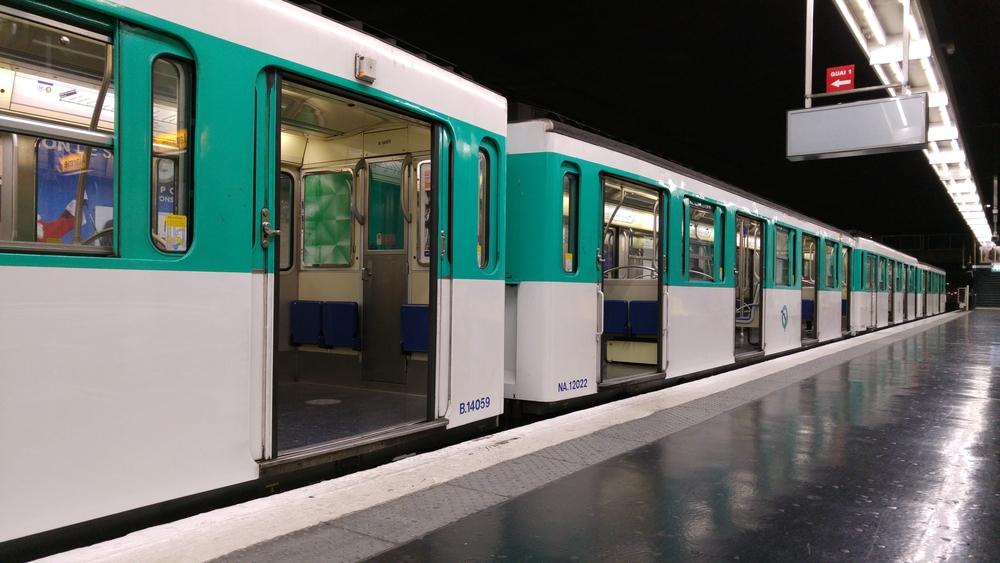 Frau bekommt ihr Baby in Pariser U-Bahn