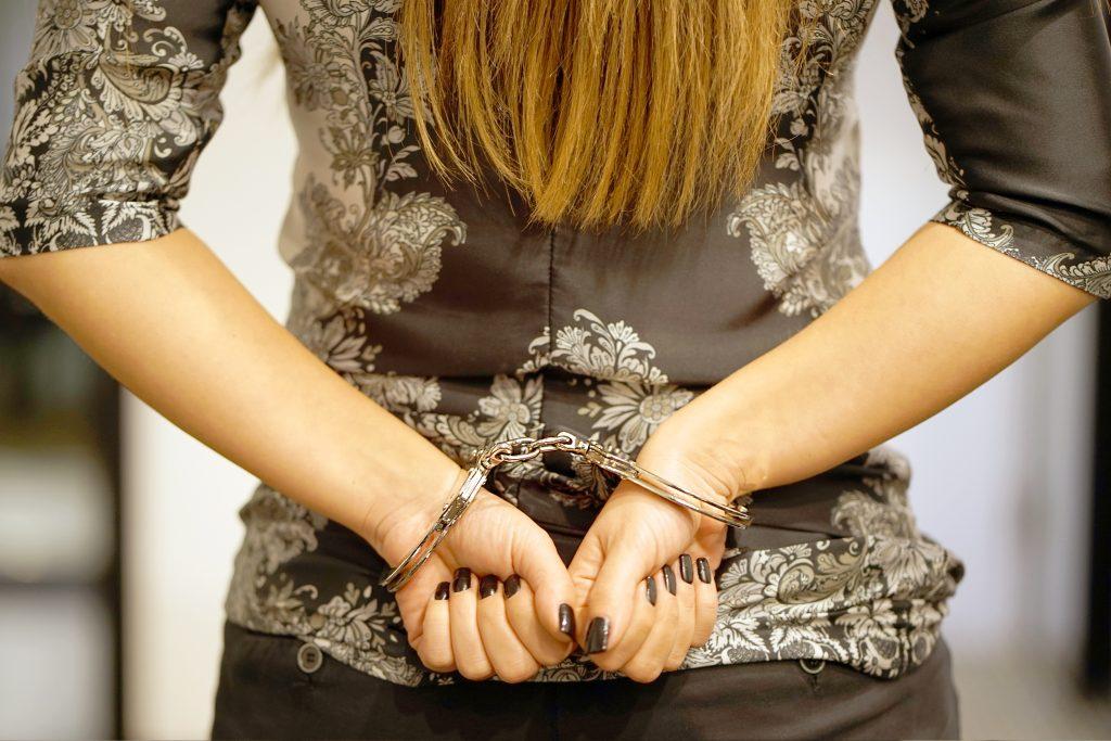 Frau wird verhaftet, während sie einen Porno schaut