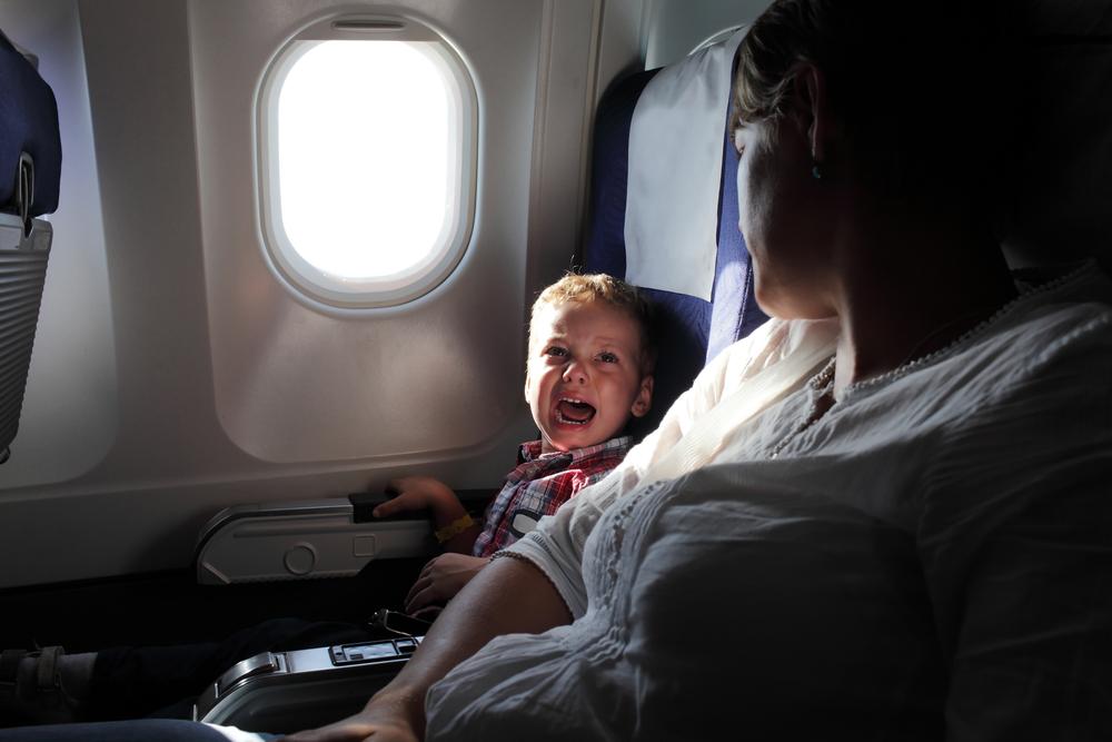 Mann überlässt Mutter mit krankem Kind 1. Klasse Platz im Flieger
