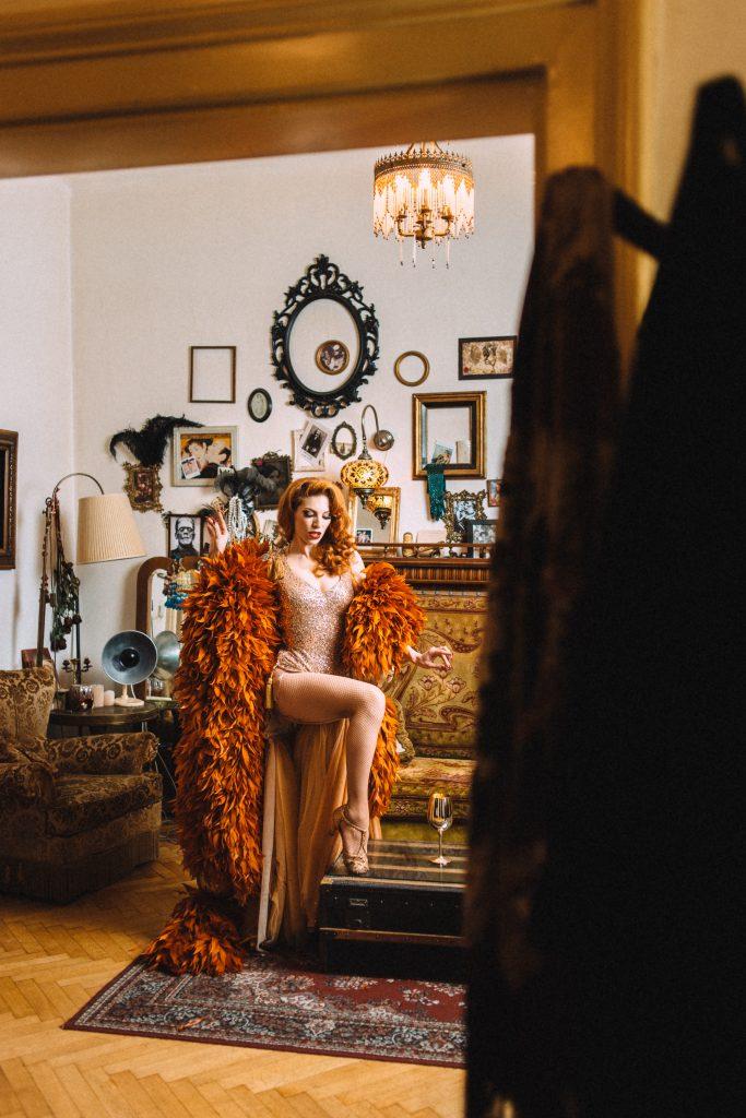 """""""Burlesque ist meine Leidenschaft. Das ist Fluch und Segen zugleich, weil ich nicht aufhören kann, Materialien wie Federn und Glitzer für die pompösen Kostüme zu kaufen"""", gibt Kalinka schmunzelnd zu."""