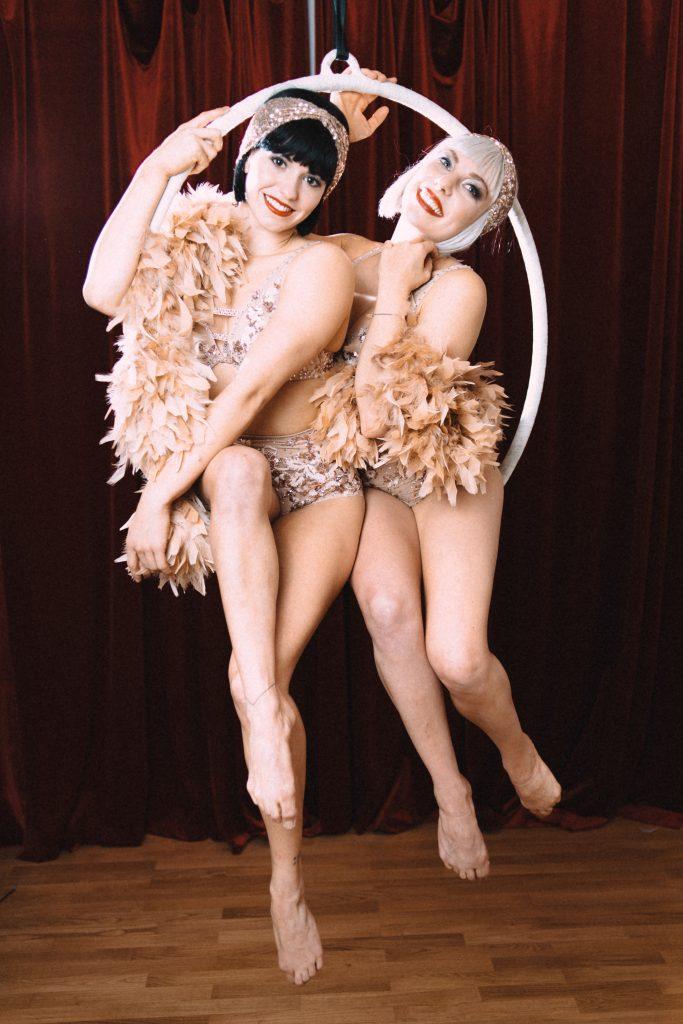 Bild: Alexander Gotter; Christina, 23, und Julia, 25, treten seit drei Jahren als Tänzerinnen und Akrobatinnen unter dem Namen The Dazzling Daisies beim Cirque Rouge auf.