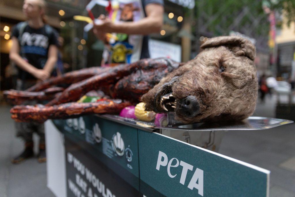 PETA-Tierschützer grillen Hund als Protestaktion gegen Fleischkonsum
