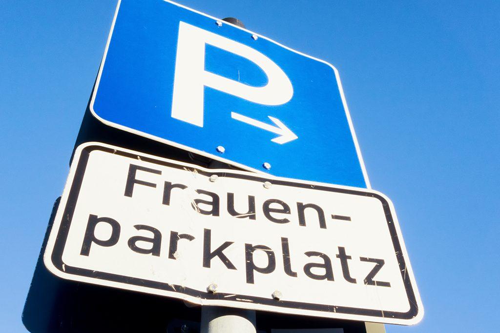 Mann klagt deutsche Stadt wegen Frauenparkplatz