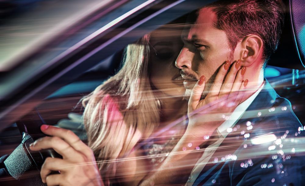 Sex im Auto während der Fahrt: Paar baut Unfall