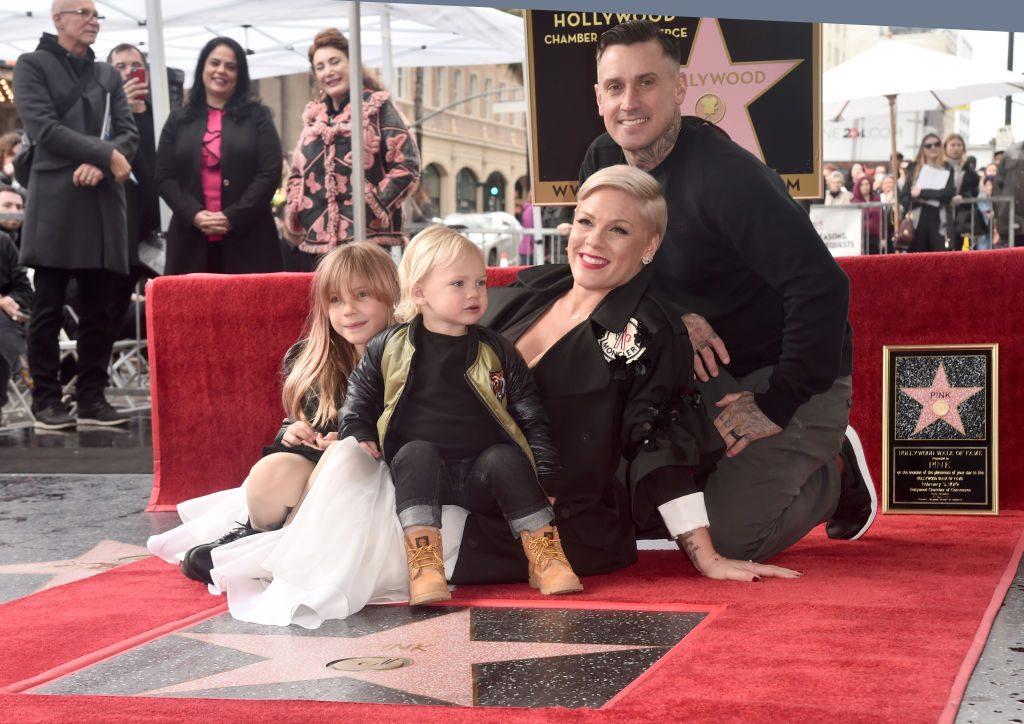 """Pink enthüllt Stern am """"Walk of Fame"""", gemeinsam mit ihren süßen Kindern"""