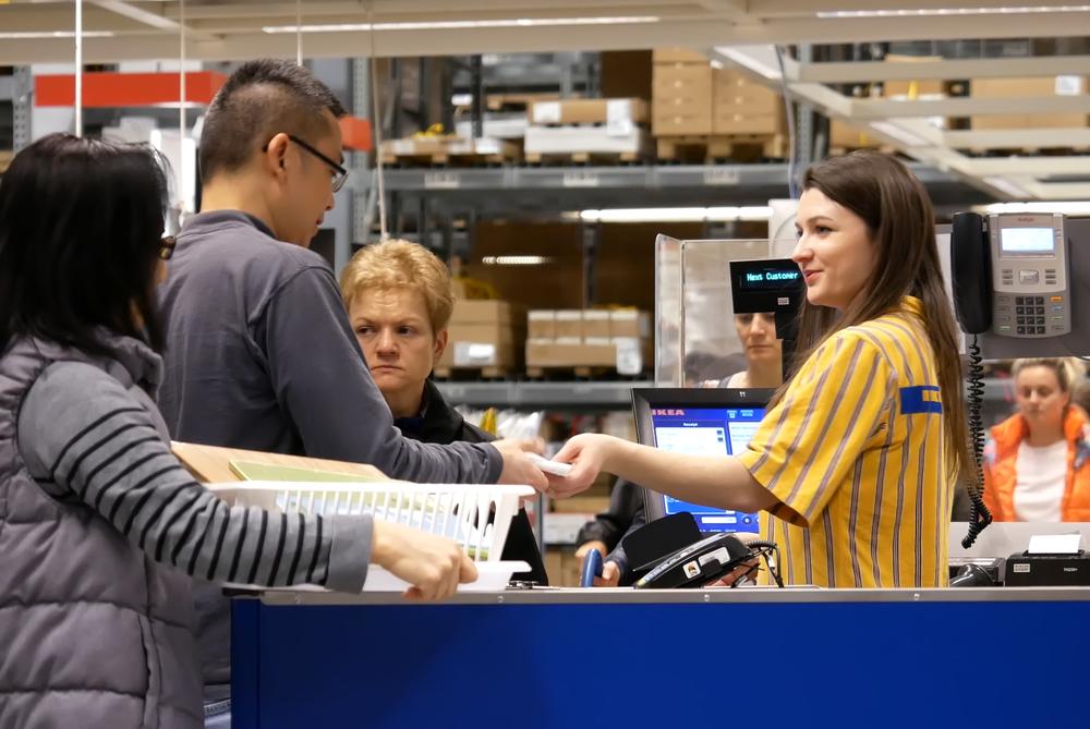 Ehemalige GNTM-Kandidatin Julia bei Ikea