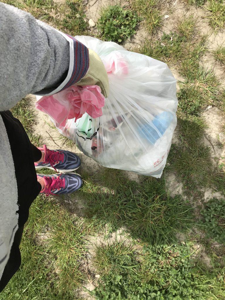 Der Müllsack war schon nach wenigen Minuten gut gefüllt.
