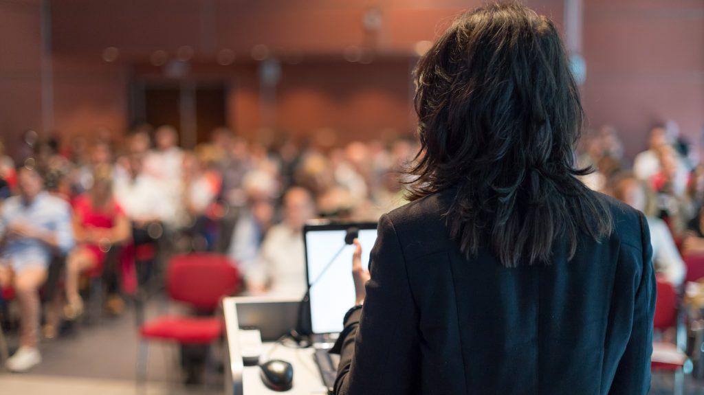 Montreal: Dieser Schal zeigt, wie selten Frauen in der Politik zu Wort kommen