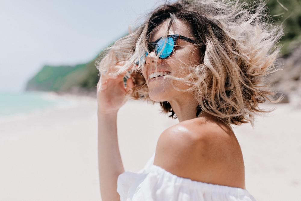 Diese 6 Dinge machen deine Haare im Sommer kaputt