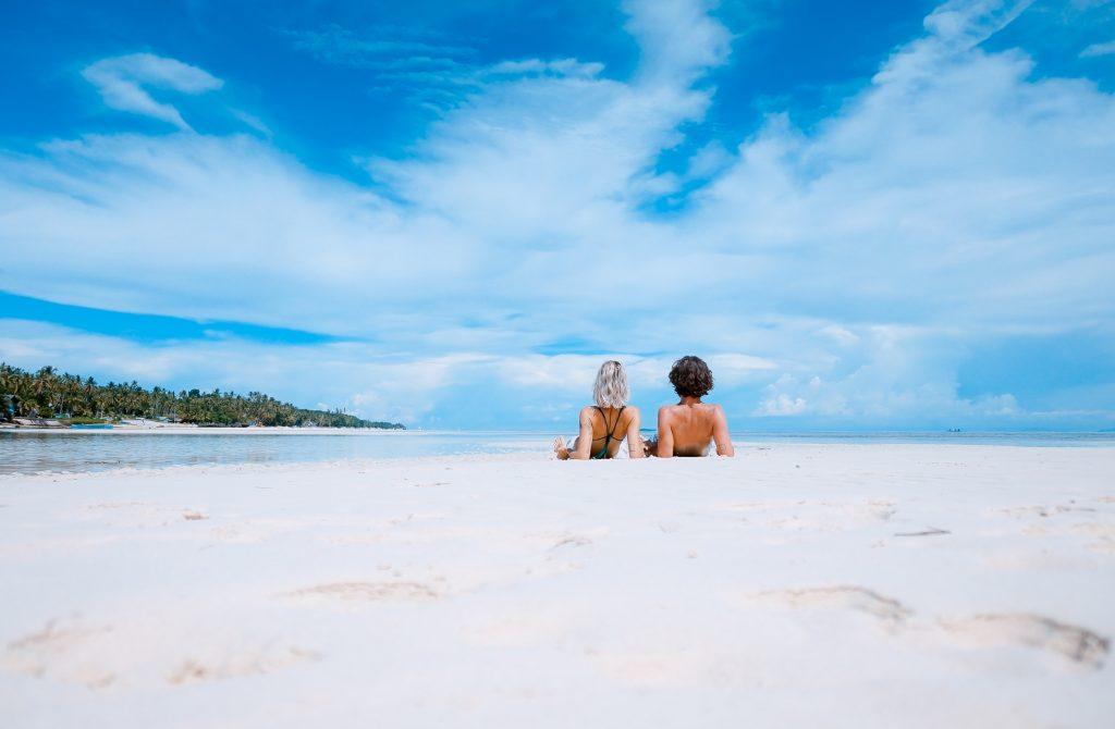 Urlaubsflirt: Ein Viertel der Singles glaubt an die große Liebe im Urlaub
