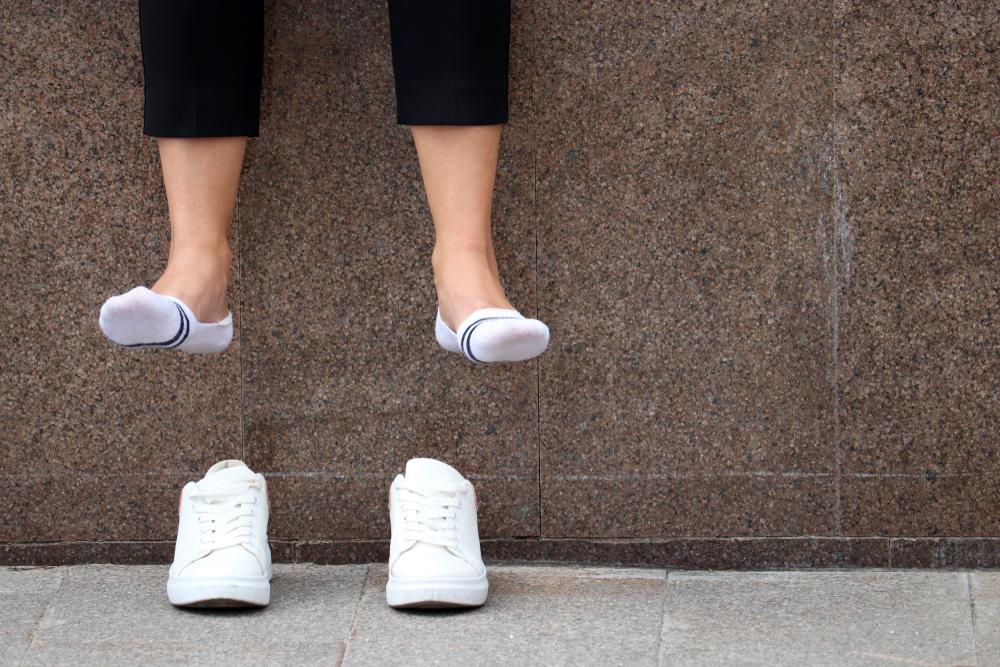 So machst du aus einer normalen Socke eine Sneaker-Socke