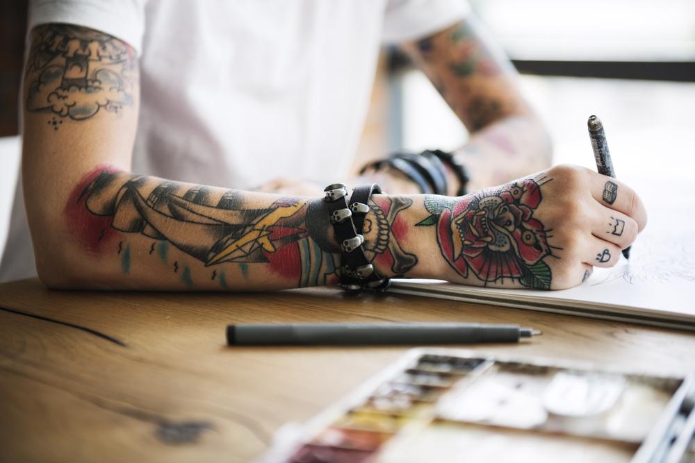 Das denken Chefs wirklich über ein Tattoo am Arbeitsplatz