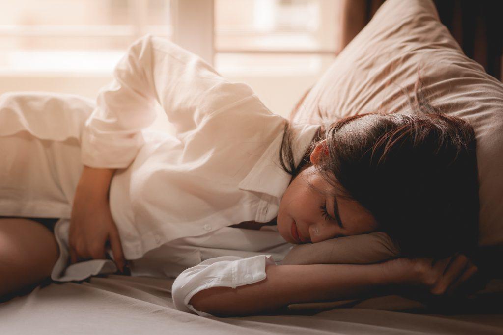 Studie: Starke Schmerzen während der Periode machen unproduktiv
