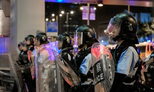 Brutale Gewalt in Hong Kong: Flughafen gesperrt
