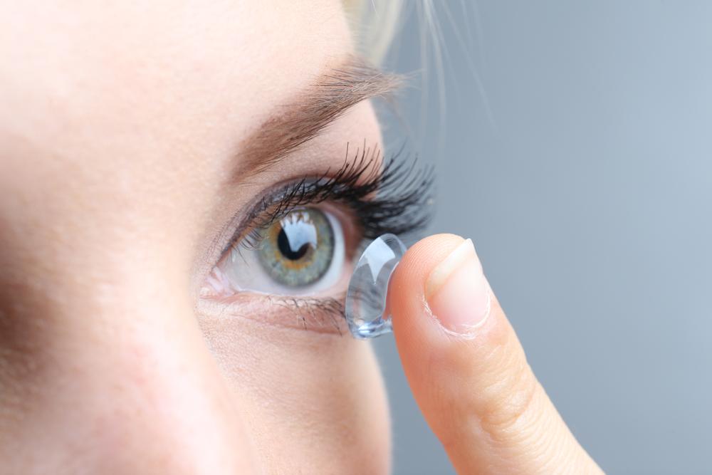 Frau erblindet, weil sie beim Duschen Kontaktlinsen trug