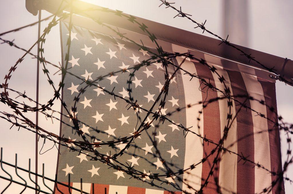 USA und Mexiko: Rosa Wippen in Grenzzauen installiert