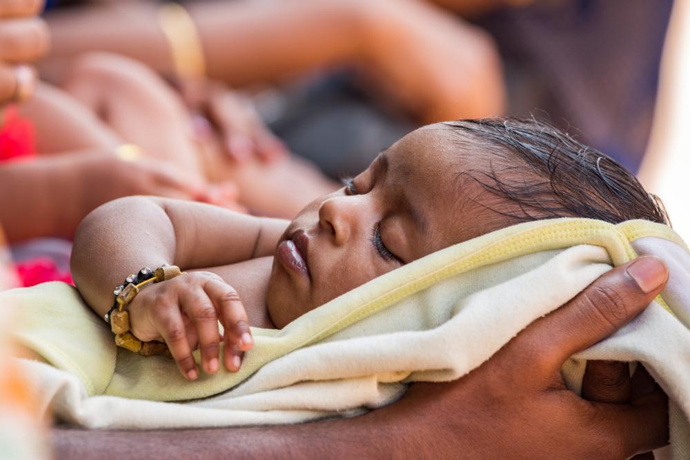 Baby kommt mit sieben Armen und Beinen zur Welt