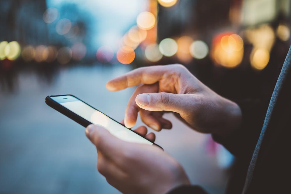 Fotograf entfernt Smartphones: So würden wir ohne Handy ausschauen