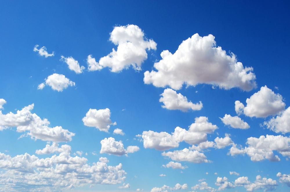Influencerin photoshoppt Wolken in ihre Bilder wird zum Lacher im Netz