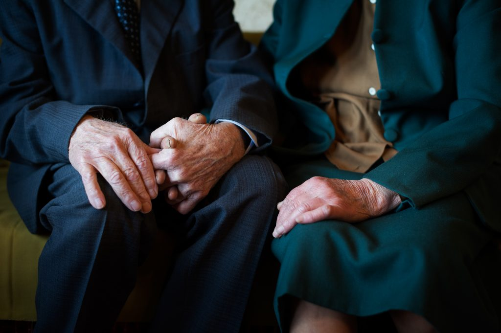 Demenz: Mann vergisst, dass er verheiratet ist und verliebt sich erneut in seine Frau