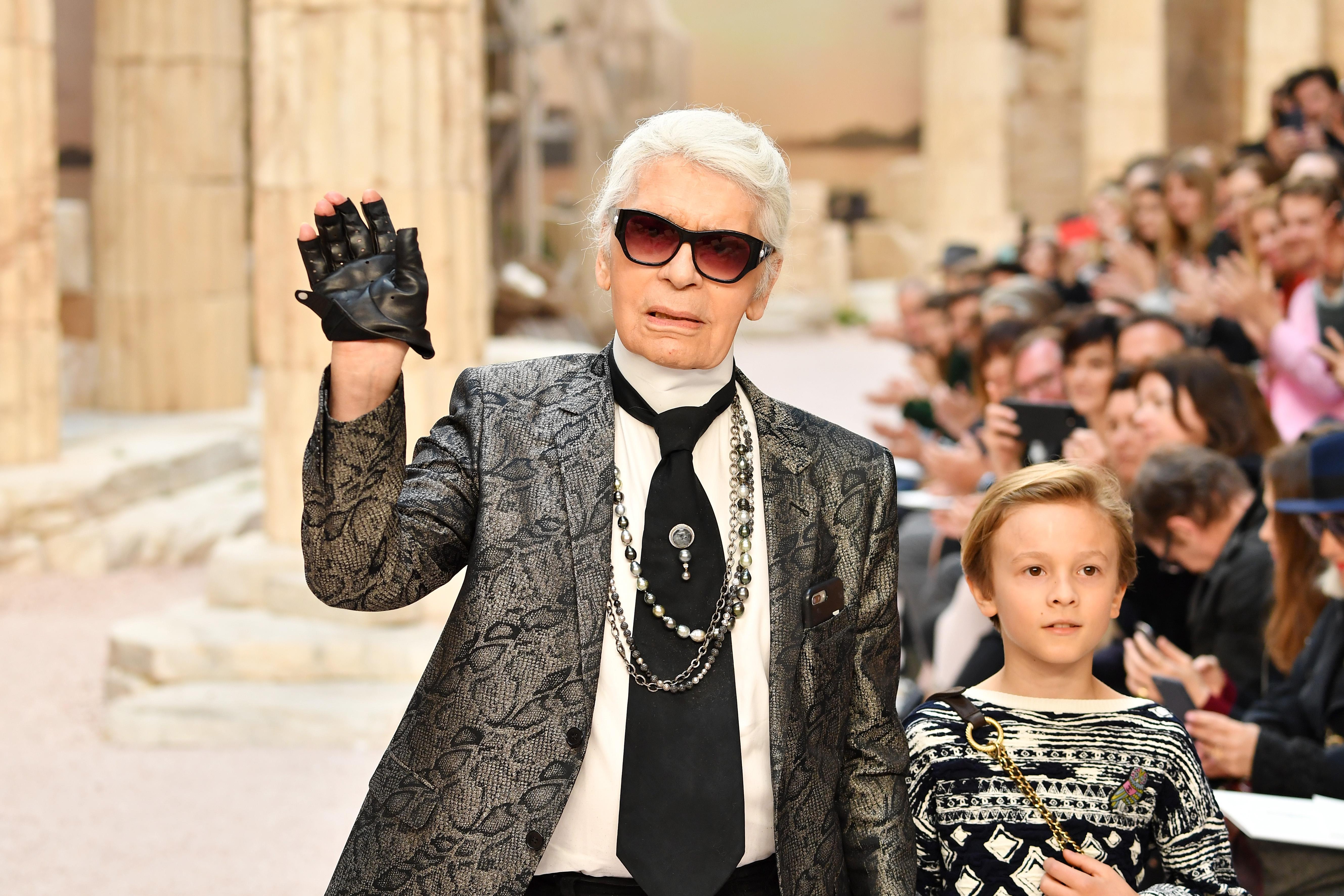 Stars veranstalten einen Tribut zu Ehren von Karl Lagerfeld