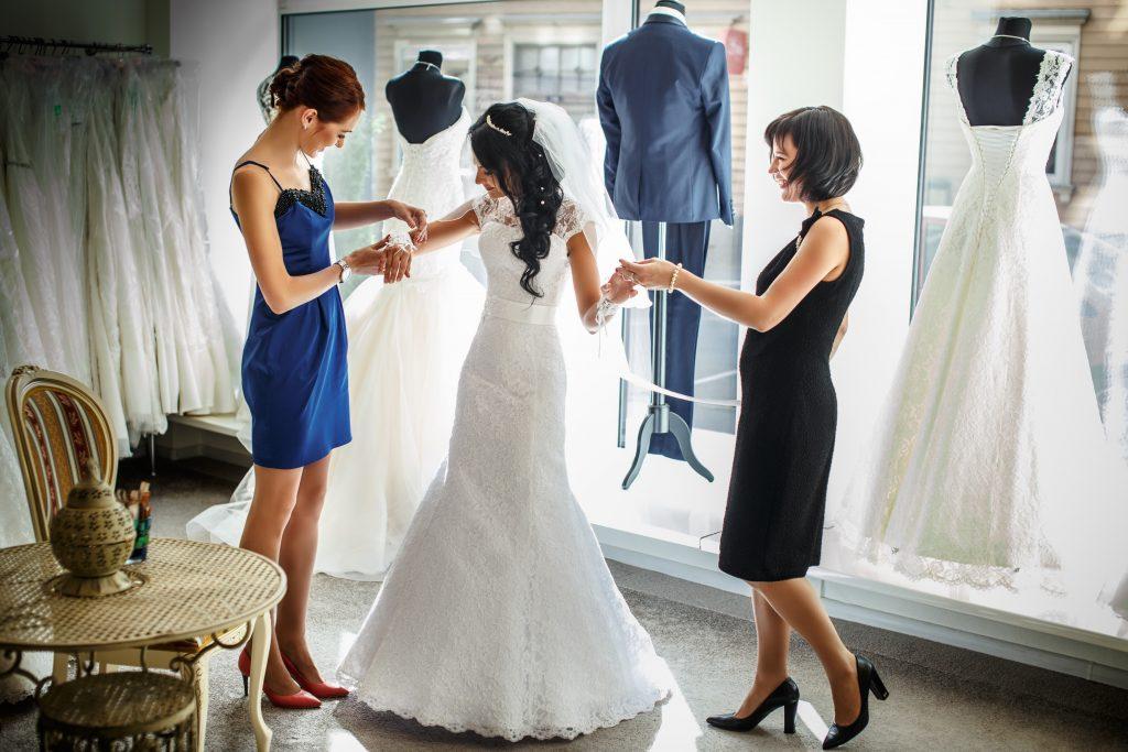 Frau kauft bester Freundin Hochzeitskleid weg