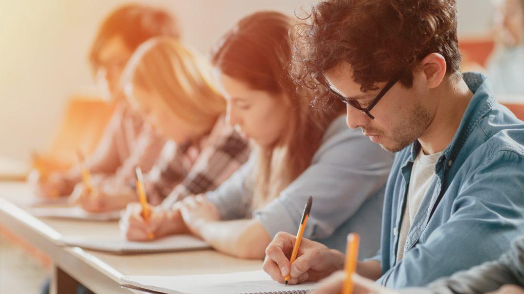 Indien: Studenten schreiben Prüfung mit Schachteln auf dem Kopf