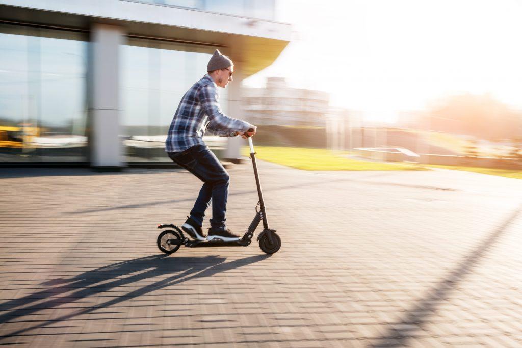 Mann flüchtet auf E-Scooter vor Polizei