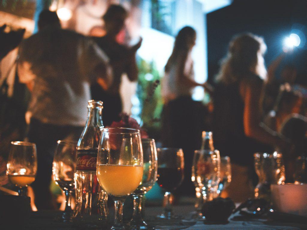 Studie: Intelligente Menschen feiern wildere Partys
