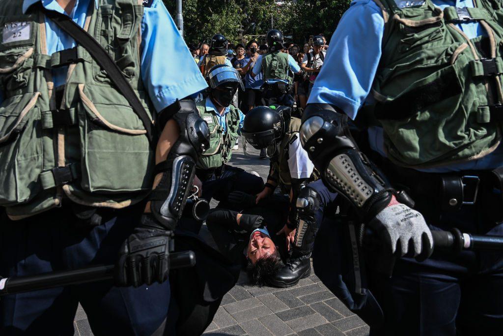 Hongkong: Polizist schießt Demonstrant in die Brust