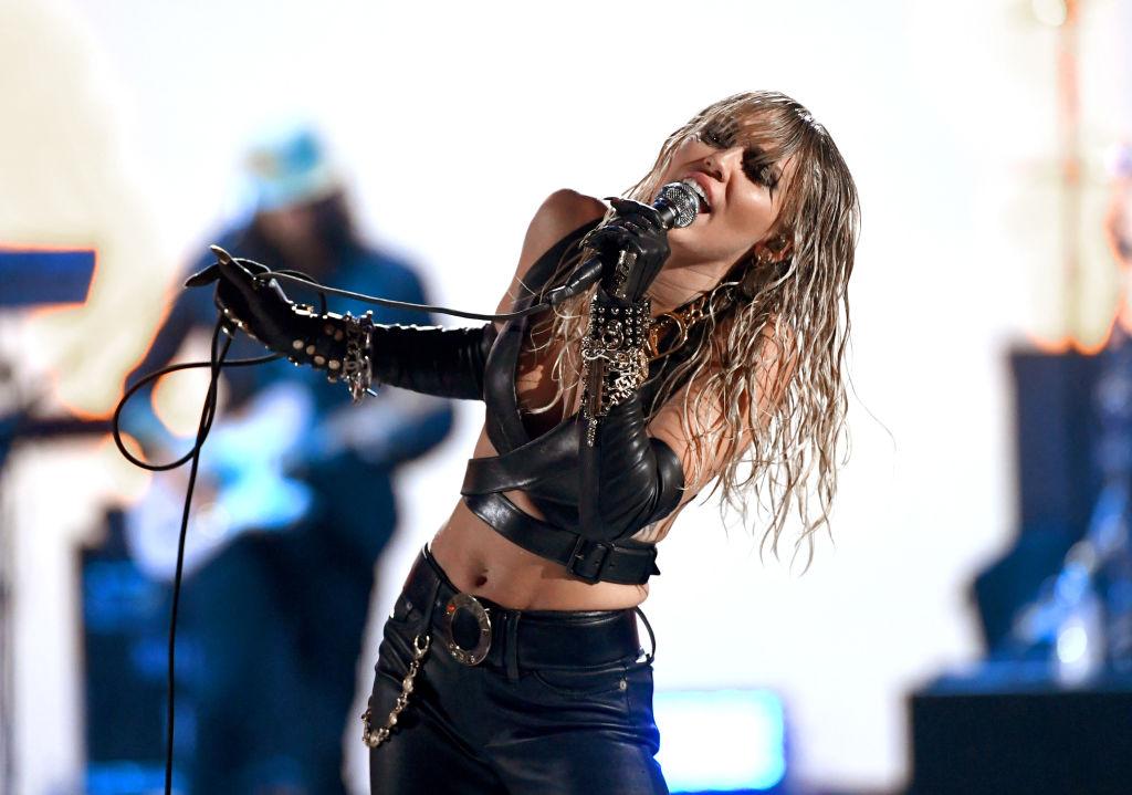 Miley Cyrus: Kaitlynn Carter schreibt über ihre Romanze