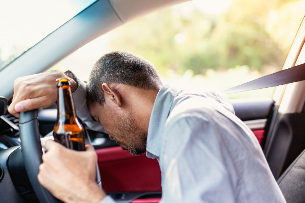 Mann kommt betrunken zur Fahrprüfung