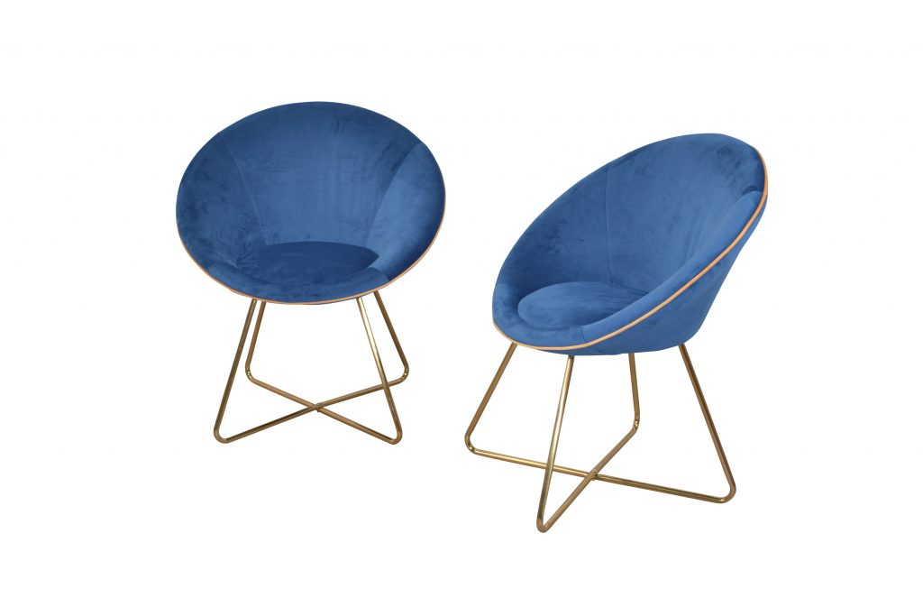 Doppeltrend-Alarm! Diese Stühle sind nicht nur Classic Blue, sondern auch noch aus Samt. Und der wird im Interior Bereich gerade sowas von gehypt. Wer also sowieso auf der Suche nach neuen und angesagten Stühlen ist: tadaaa! Bitte gerne! Die Polsterstühle Nelly aus Samt gibt's über yomonda.de um 199 Euro.