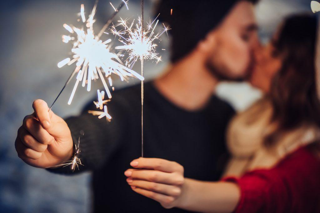 Diese 3 Sternzeichen bekommen zu Silvester einen Kuss
