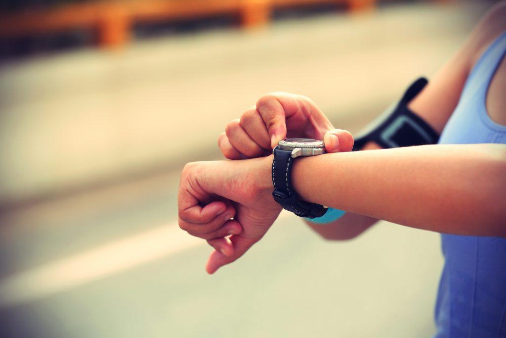 Frau erwischt Freund mit Fitnessarmband beim Fremdgehen