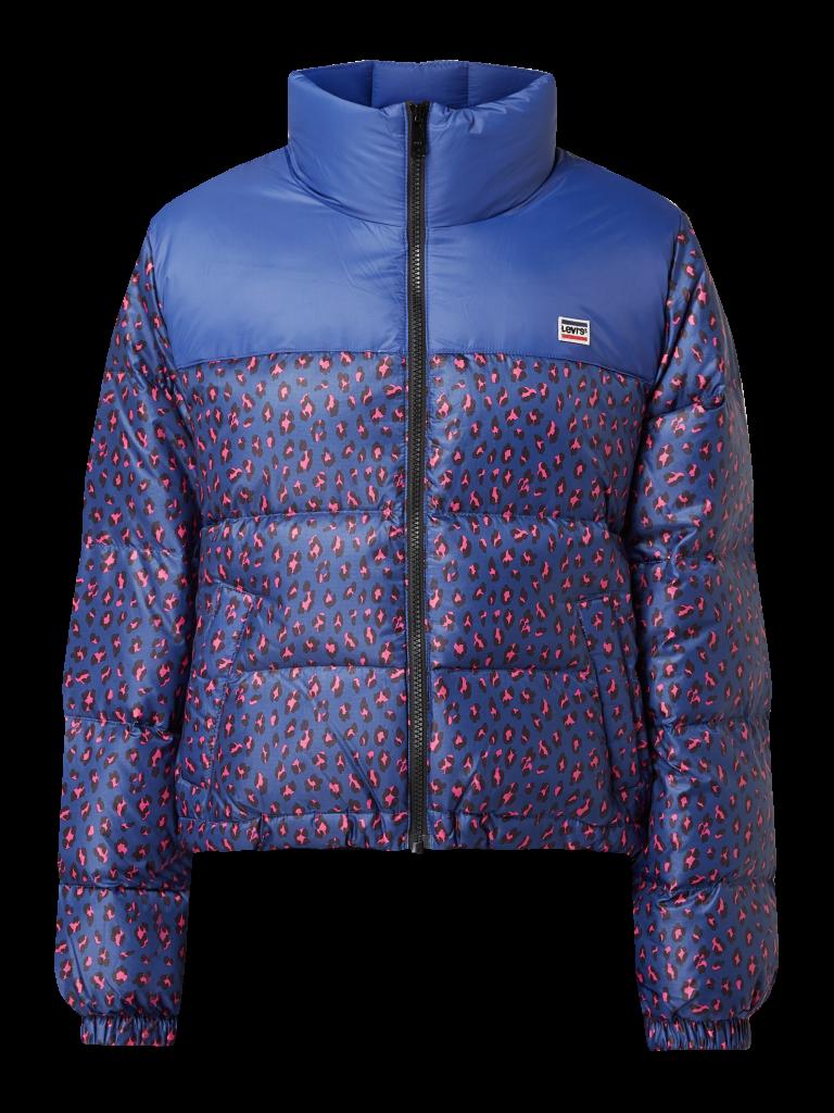 Um Puffer Jackets kommt man momentan nicht herum. Eh fein, denn sie sind stylish und halten selbst bei einem langen Punsch-Abend im Freien mit. Und wenn sie dann auch noch in coolen aber tragbaren Mustern daherkommen, läuft's! Der Francesca Puffer ist wasserabweisend und über peek-cloppenburg.at um 199,99 Euro erhältlich.