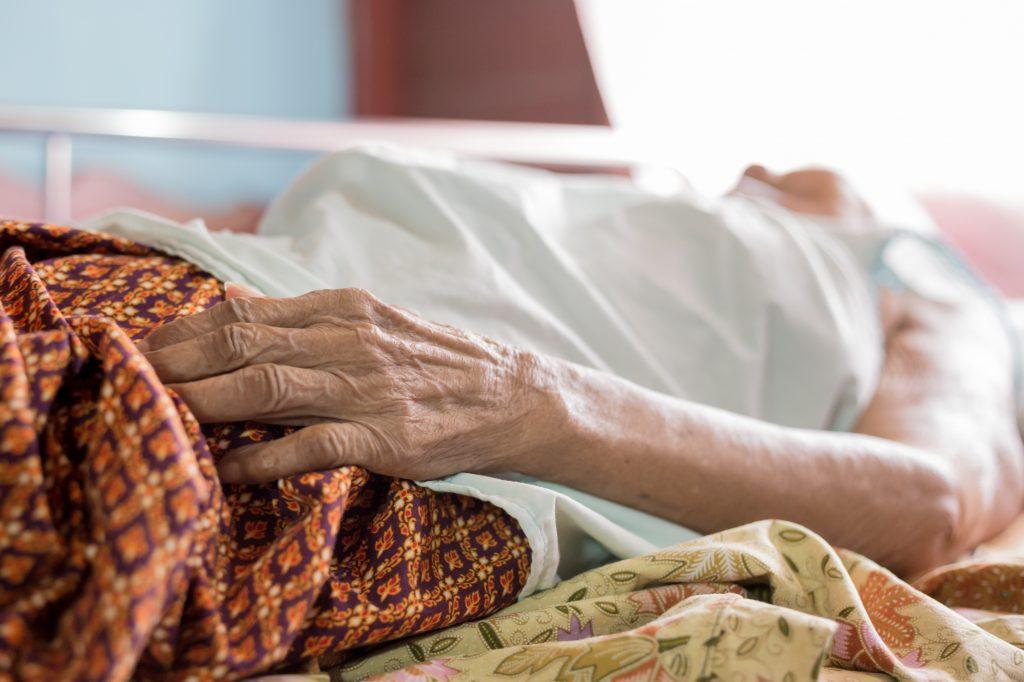 Erstes Date: 23-Jähriger zeigt seine tote Oma im Kasten
