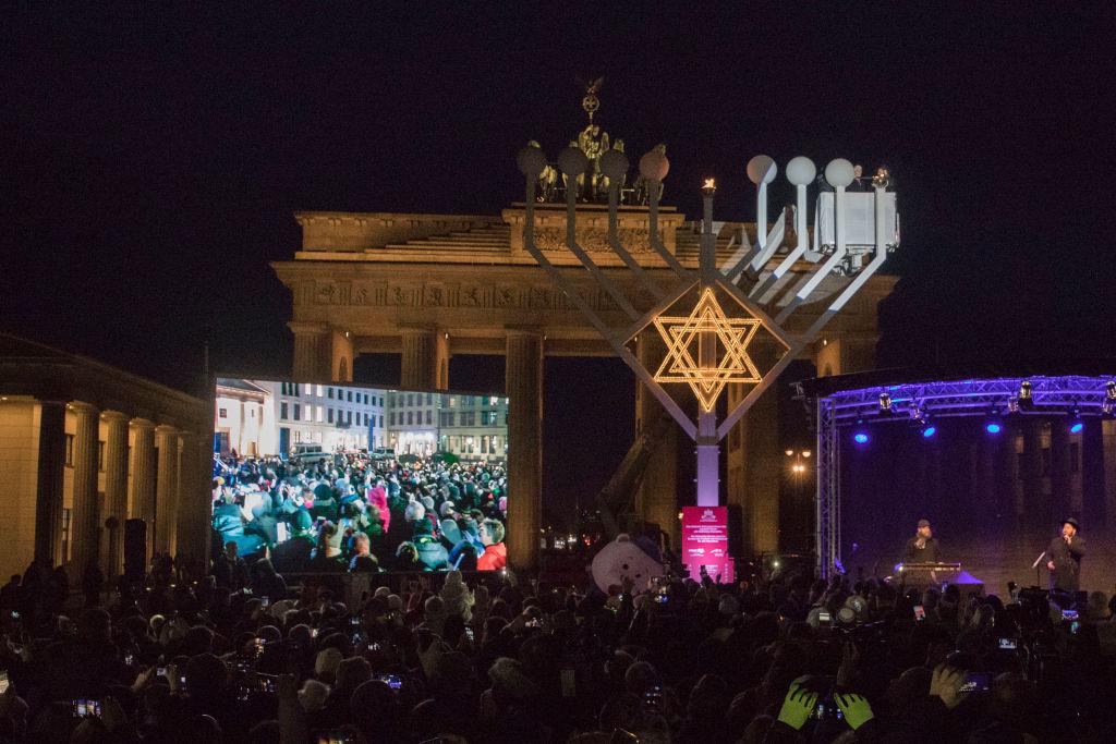 Berlin: Größter Chanukka-Leuchter Europas entzündet