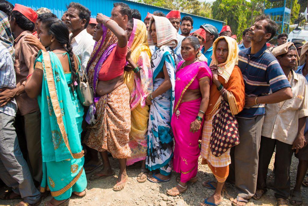 Indien: Frauen beschützen Mann während Protesten vor Polizei