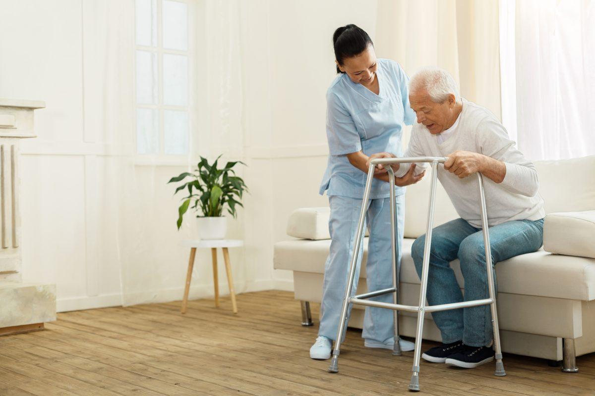 Deswegen steigt in Deutschland der Mindestlohn für Pflegekräfte