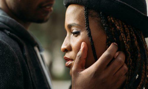 """Benching"": Das steckt hinter dem Dating-Trend"