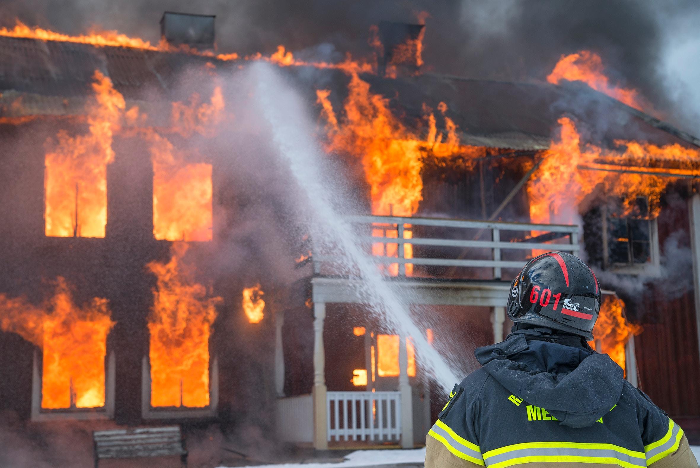Fünfjähriger rettet Schwester und Hund aus brennendem Haus