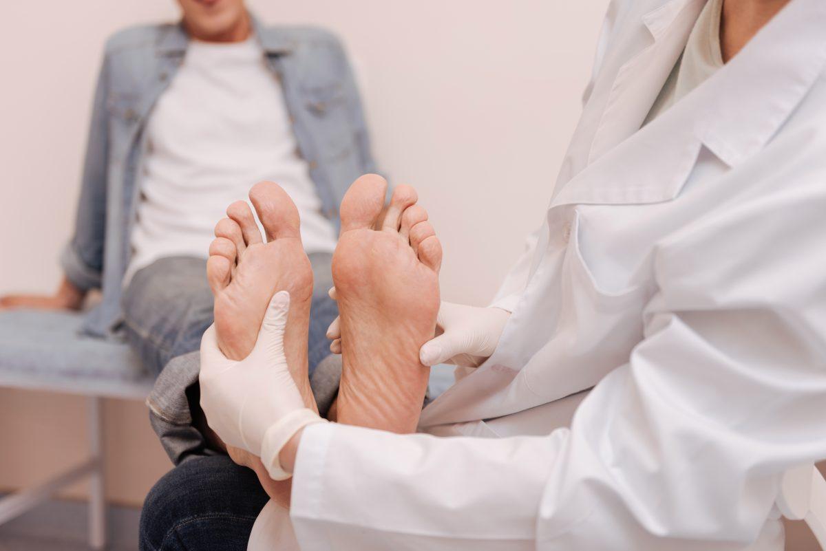 Krankenhausmitarbeiter leckt heimlich Zehen von Patient ab