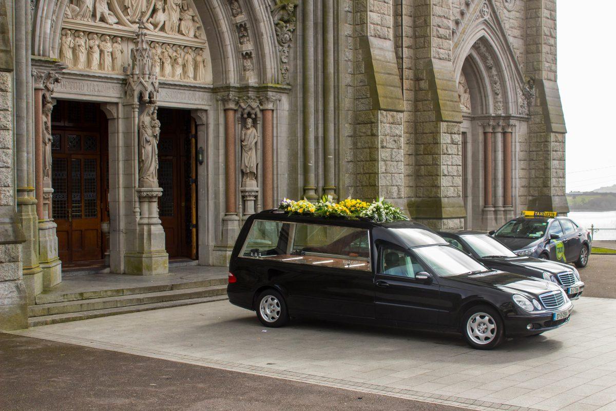 Unbekannte stehlen Leichenwagen samt toter Frau