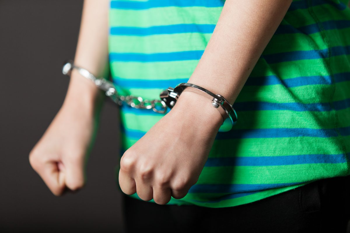 Polizist verhaftet 6-Jährige und führt sie mit Kabelbinder ab