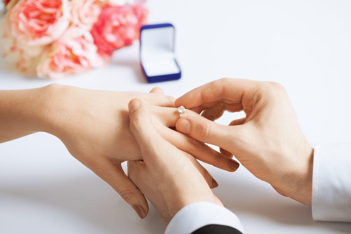 Diese 4 Sternzeichen bekommen im Frühling einen Heiratsantrag