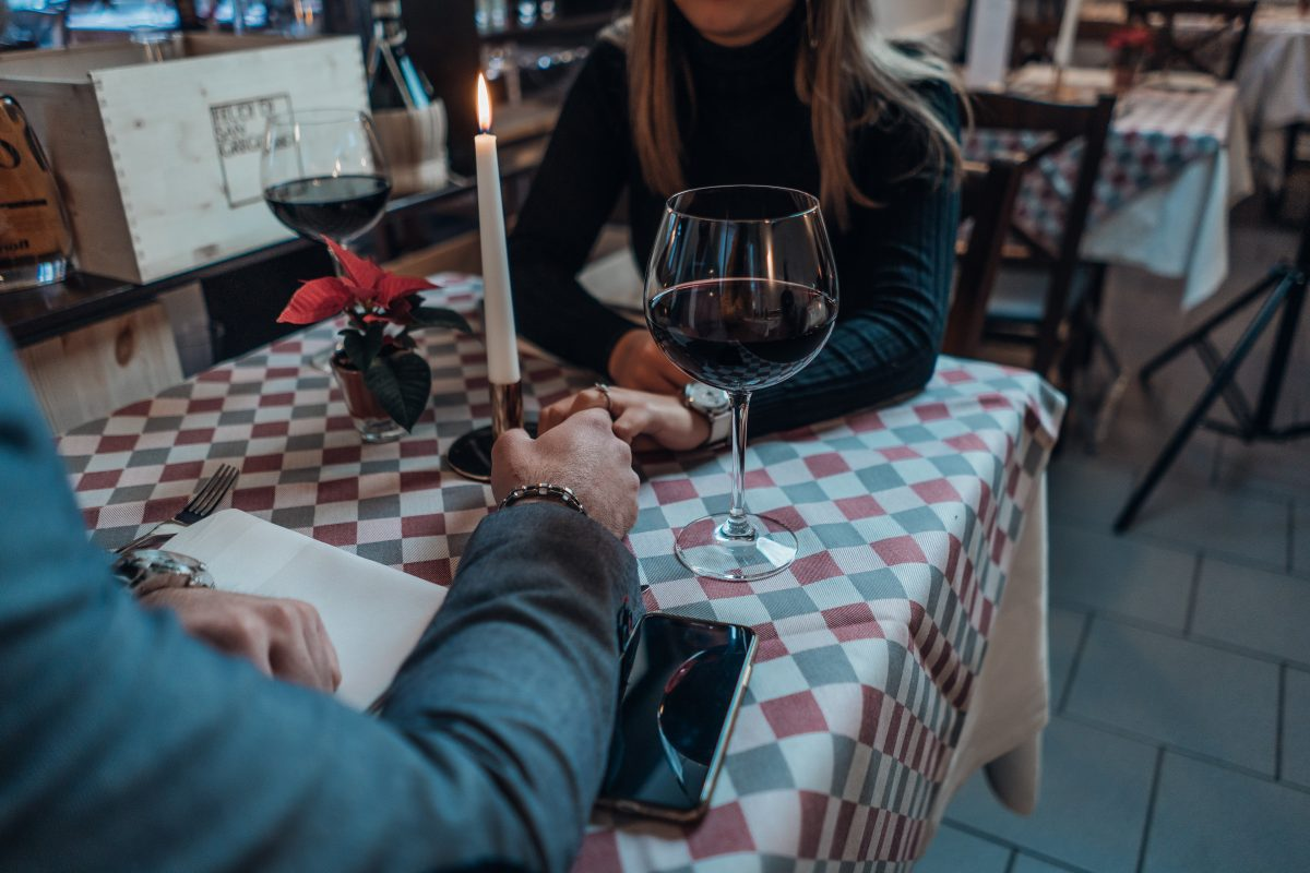 """Orbiting"": Das steckt hinter dem Dating-Trend"