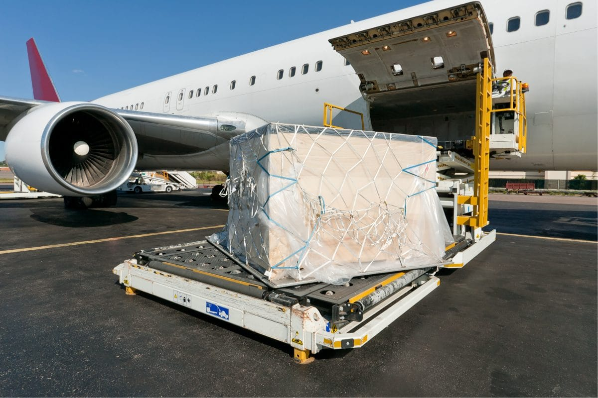 30 Tonnen Schutzausrüstung aus China in Wien angekommen