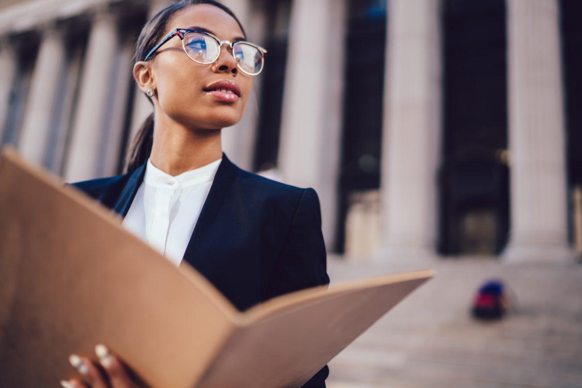 Frauen wünschen sich mehr Durchsetzungsfähigkeit, um führen zu können