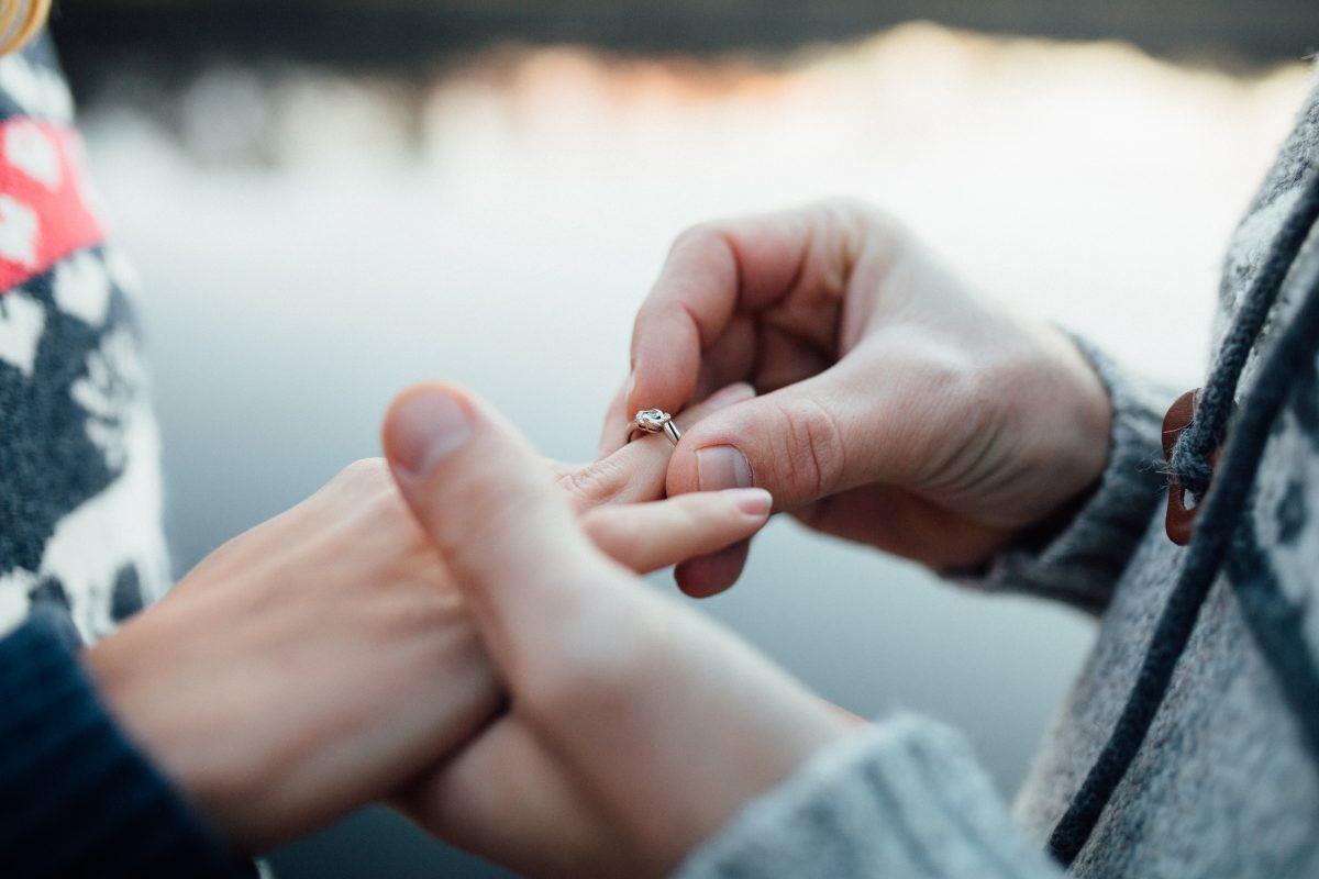 Diese 3 Sternzeichen bekommen im Frühling einen Heiratsantrag